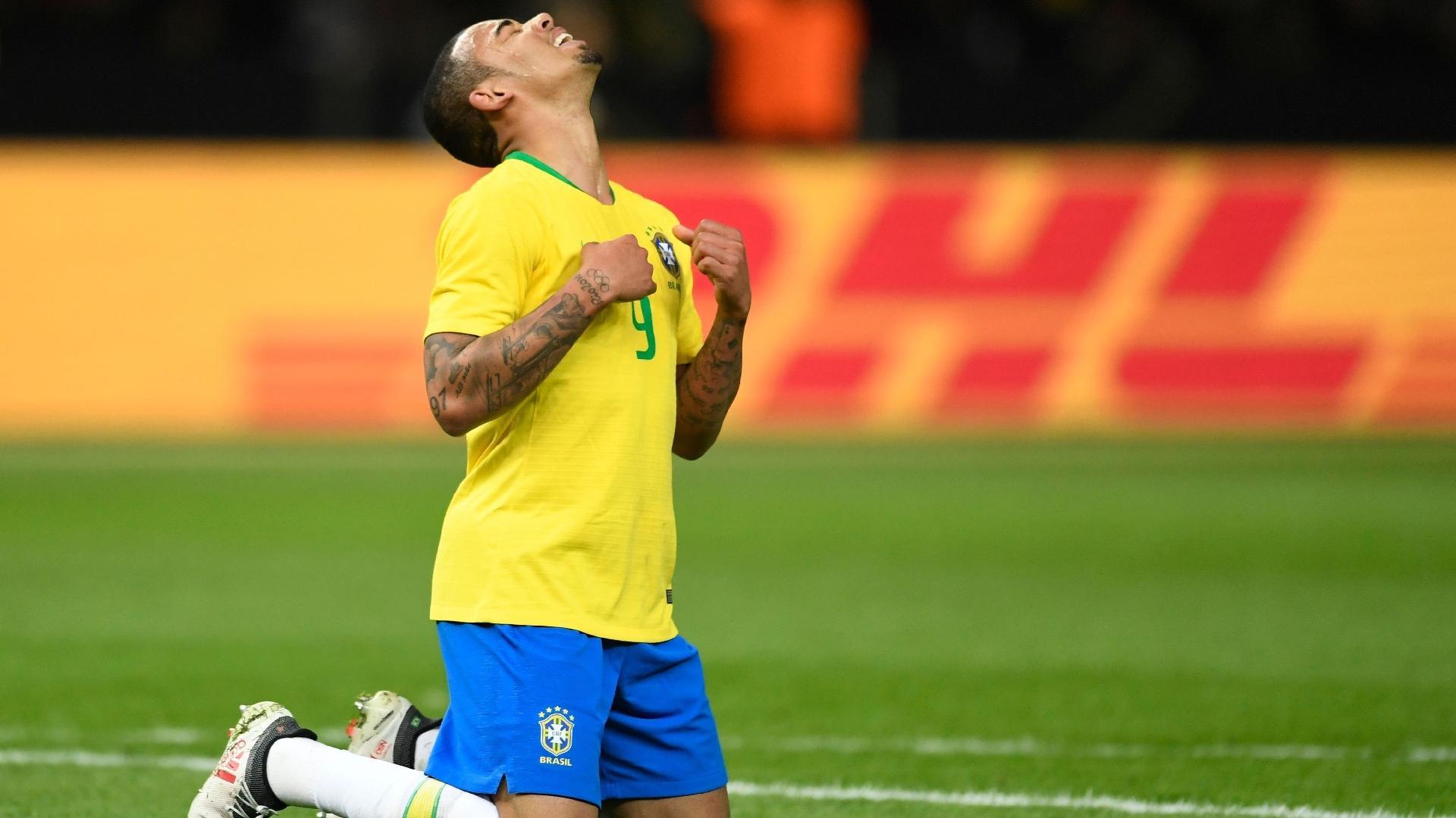 Gabriel Jesus comemora o gol de cabeça marcado no primeiro tempo