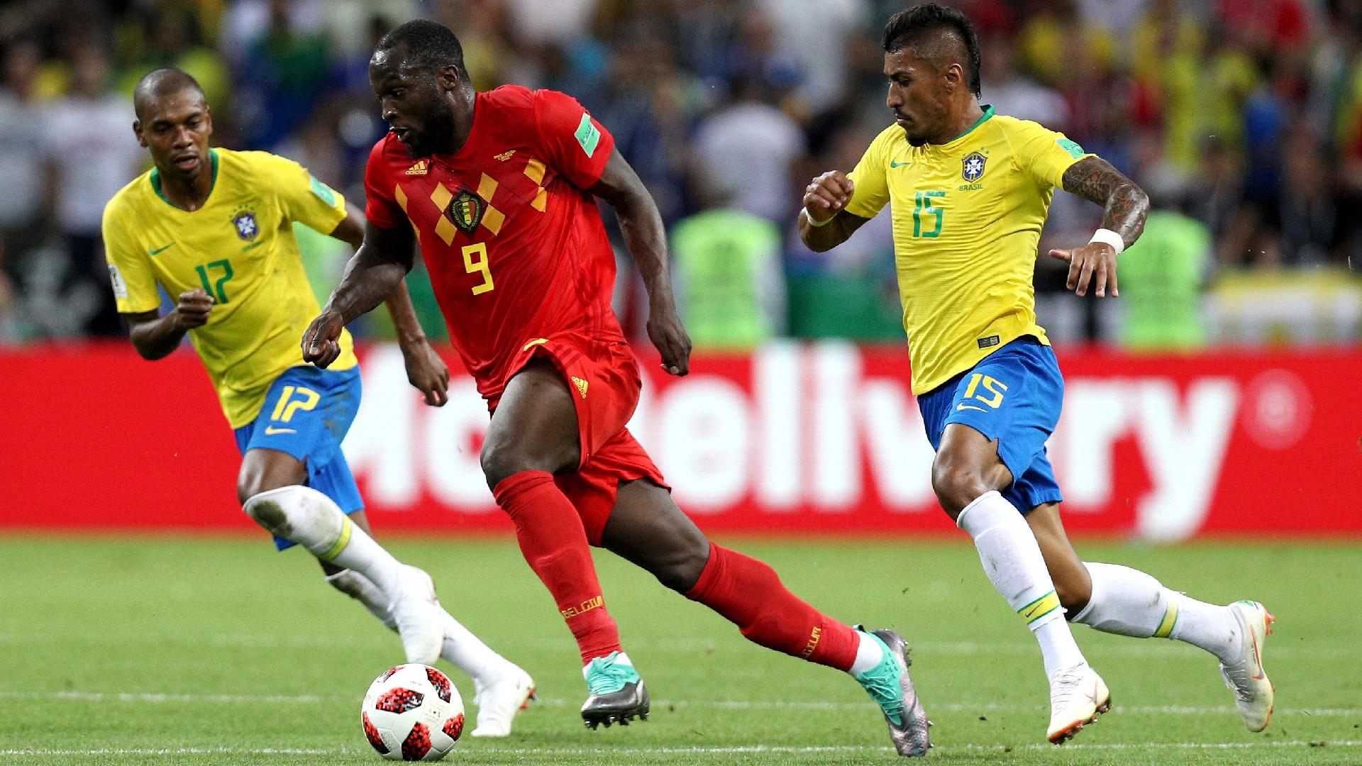 O atacante Romelu Lukaku, da Bélgica, é cercado por Paulinho e Fernandinho, do Brasil