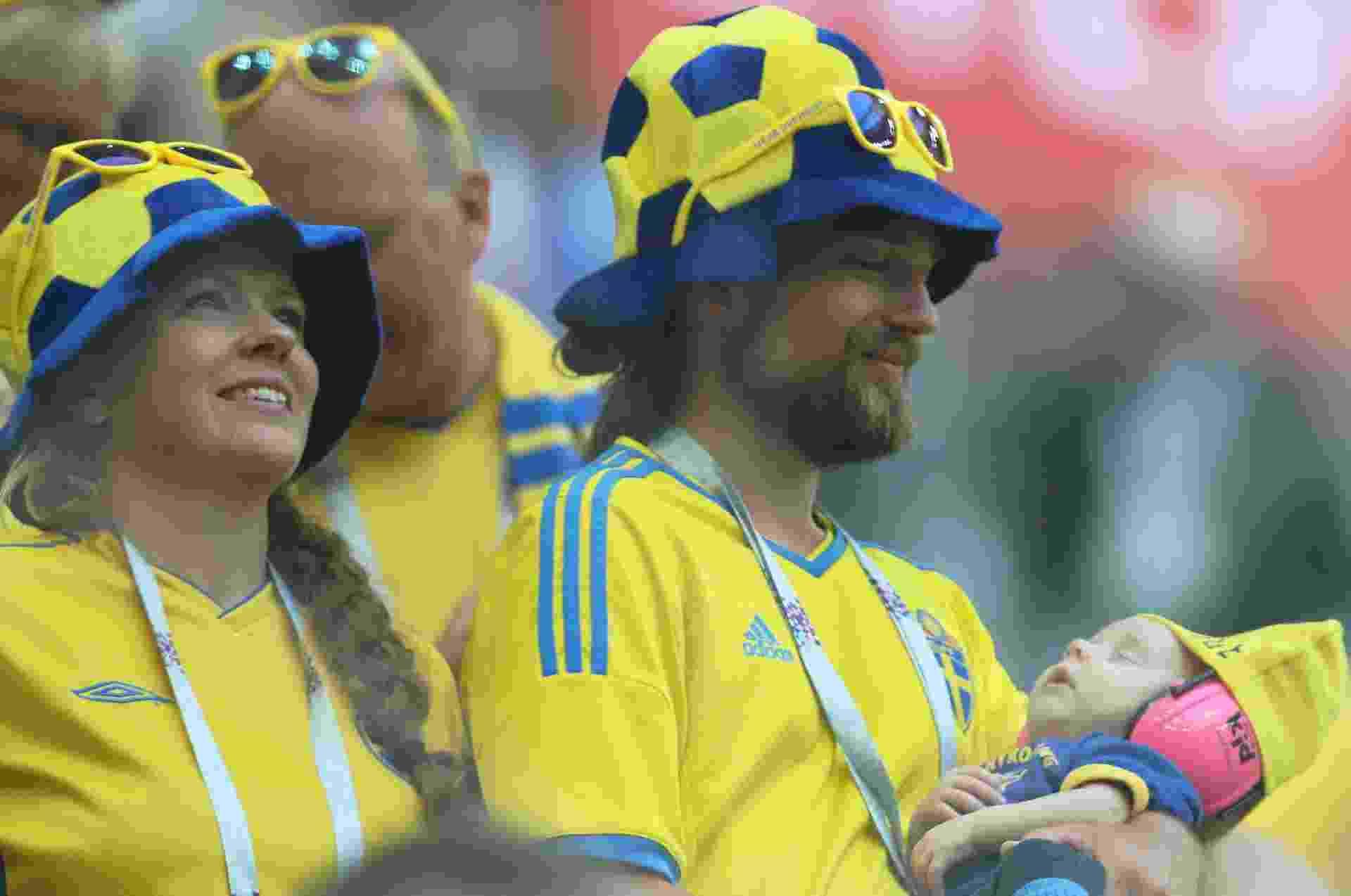 Torcedores suecos no estádio antes do jogo pelas oitavas de final contra a Suíça - TOLGA BOZOGLU/EFE