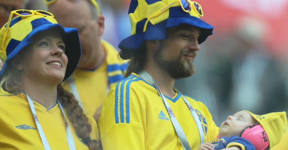 Torcedores suecos no estádio antes do jogo pelas oitavas de final contra a Suíça