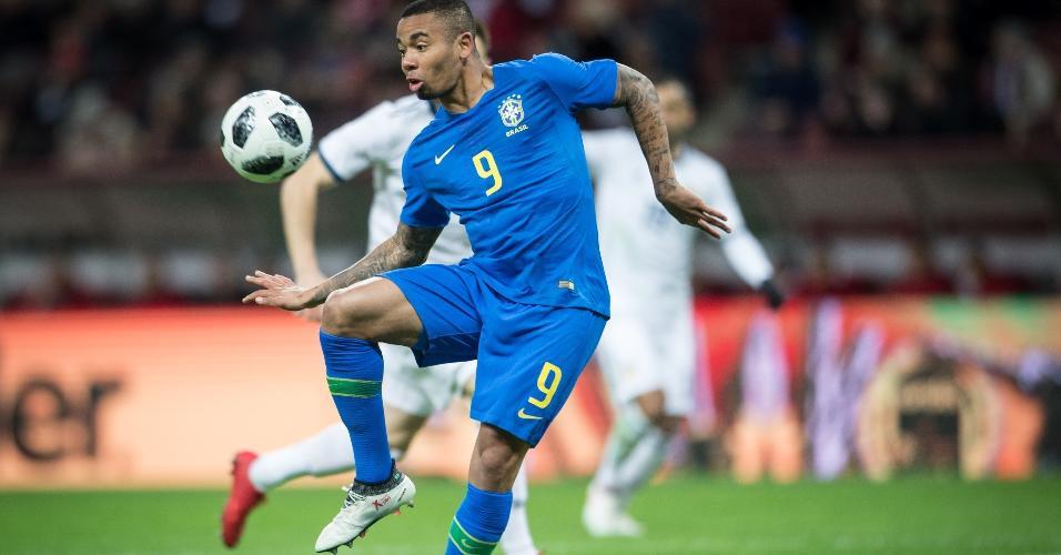 Gabriel Jesus domina a bola durante a partida entre Brasil e Rússia