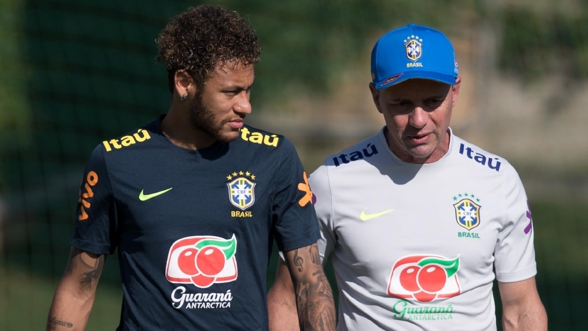 Neymar conversa com Ricardo Rosa durante treino da seleção brasileira