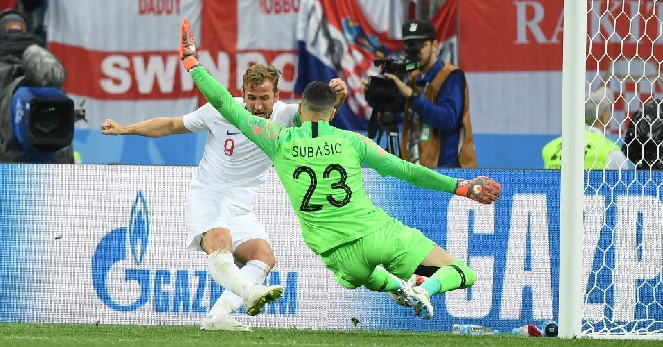 Danijel Subasic, goleiro da Croácia, salva as redes de sua equipe em lance perigoso de Harry Kane, da Inglaterra