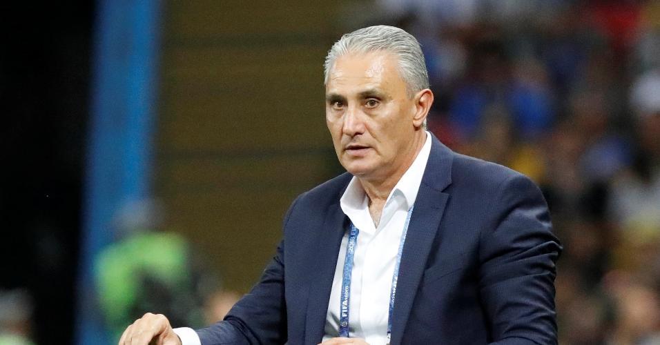 O técnico Tite orienta os jogadores do Brasil em jogo contra a Bélgica