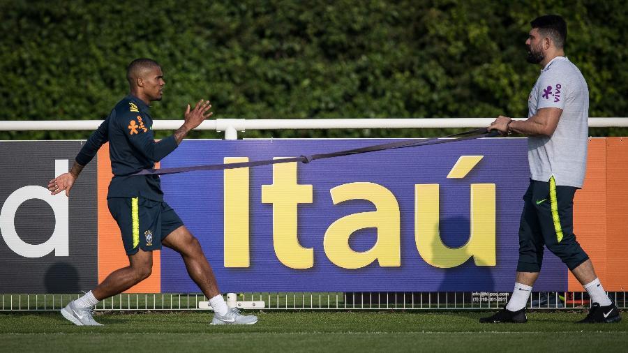 Douglas Costa intensifica treino de recuperação para tentar voltar na Copa - Pedro Martins / MoWA Press
