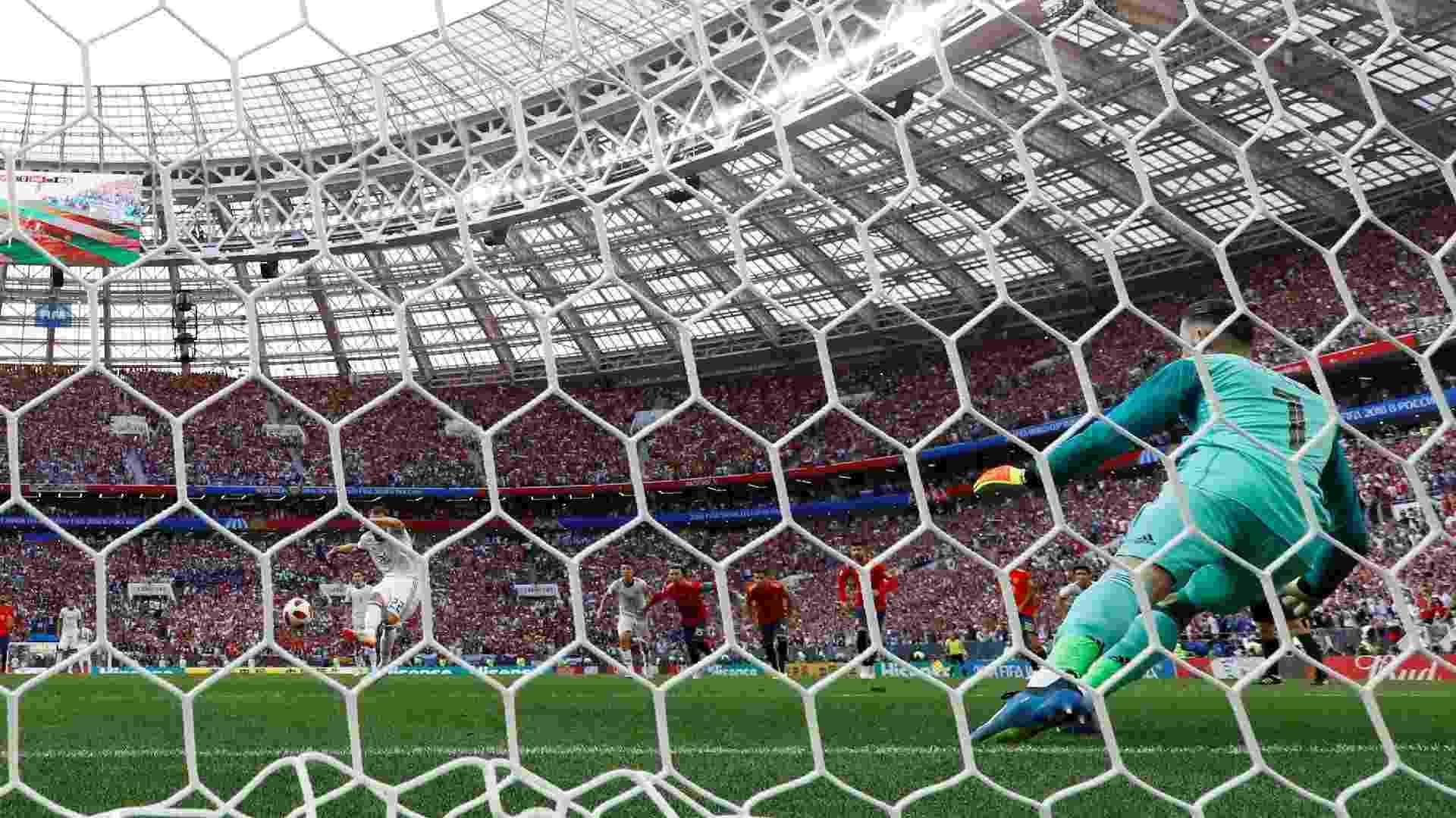 O atacante Artem Dzyuba faz de pênalti o gol de empate da Rússia contra a Espanha - Kai Pfaffenbach/Reuters