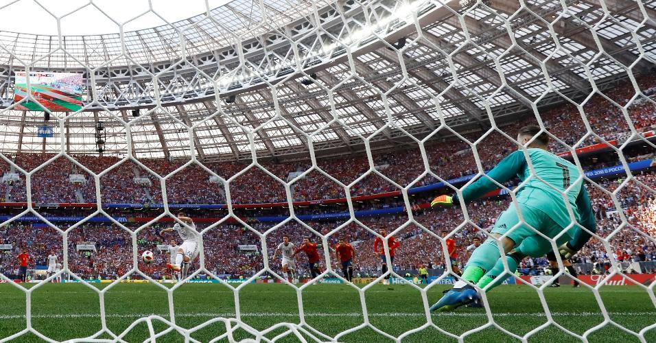 O atacante Artem Dzyuba faz de pênalti o gol de empate da Rússia contra a Espanha