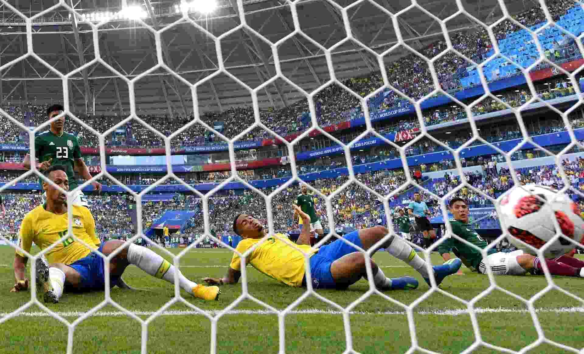 Neymar se atira para abrir o placar para o Brasil contra o México - Getty Images