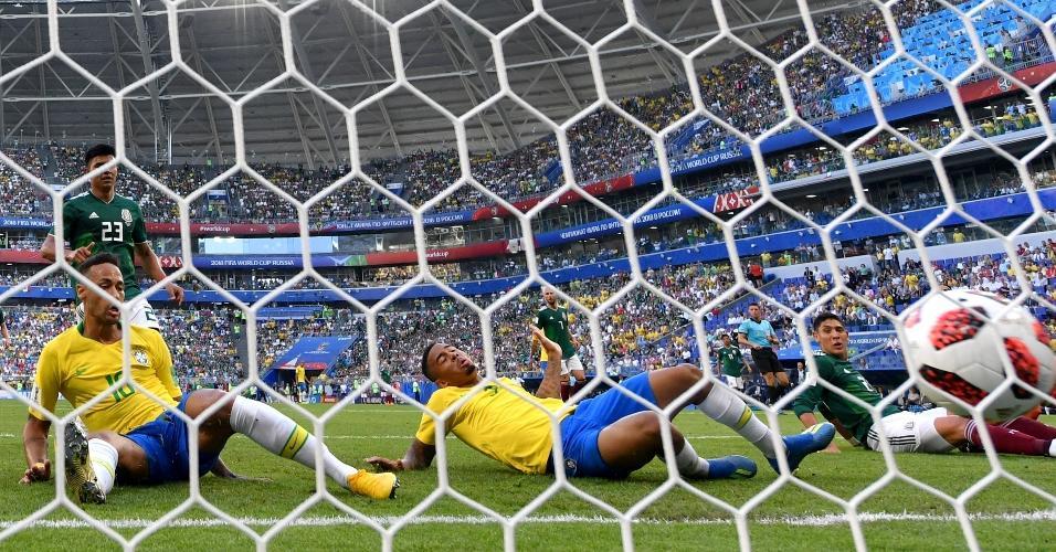 Neymar se atira para abrir o placar para o Brasil contra o México