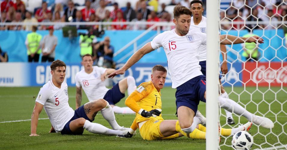 Gary Cahill evita gol da Bélgica em cima da linha após vacilo da defesa da Inglaterra