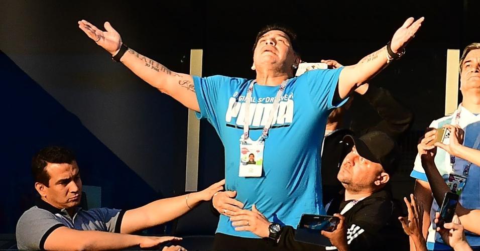 Diego Maradona comemora gol da Argentina contra a Nigéria
