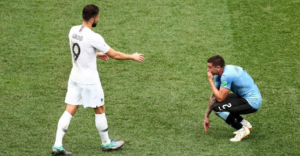 Giroud consola Gimenez, que chorou após derrota do Uruguai para a França