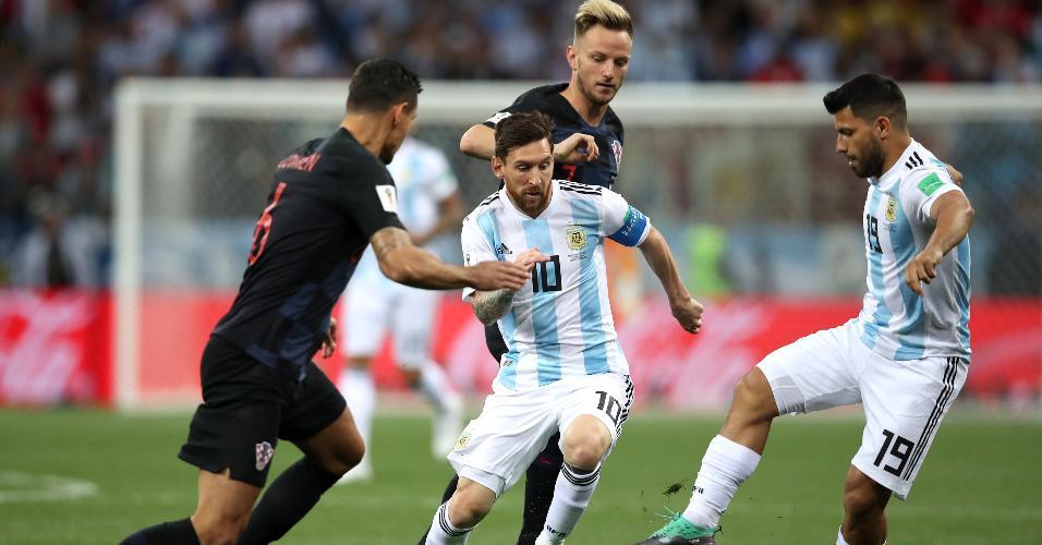 Lionel Messi e Sergio Agüero, da Argentina, são cercados por Ivan Rakitic e Dejan Lovren, da Croácia