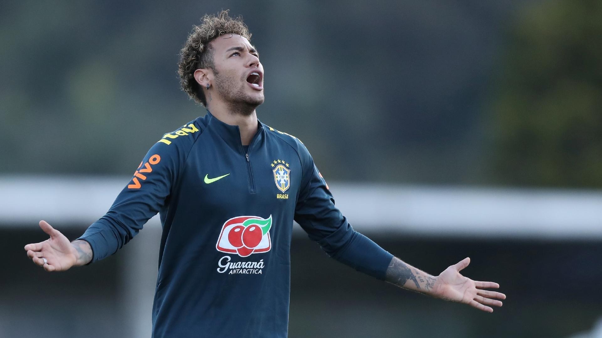 Neymar se lamenta durante treino da seleção brasileira