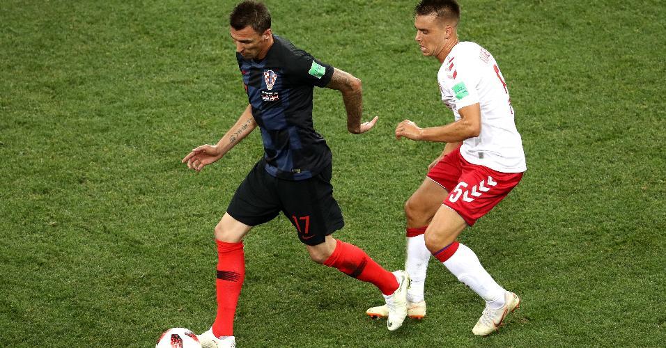 Mario Mandzukic, da Croácia, é derrubado por Jonas Knudsen, da Dinamarca