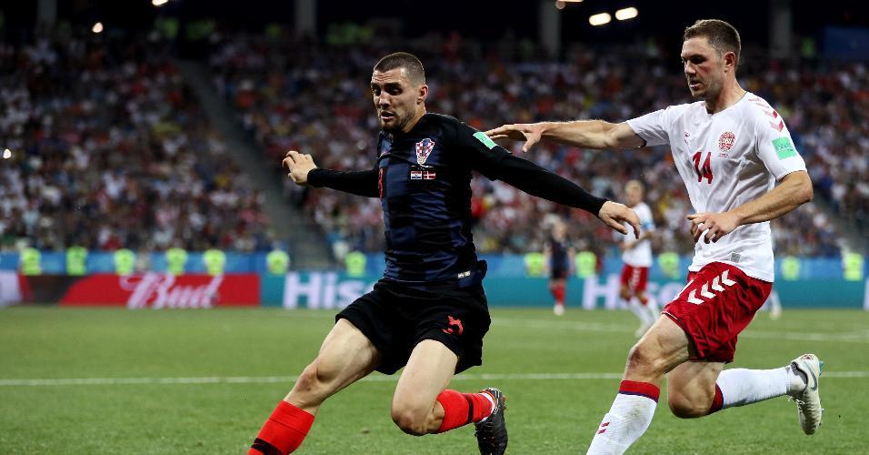 Mateo Kovacic, da Croácia, tenta proteger a bola de Henrik Dalsgaard, da Dinamarca