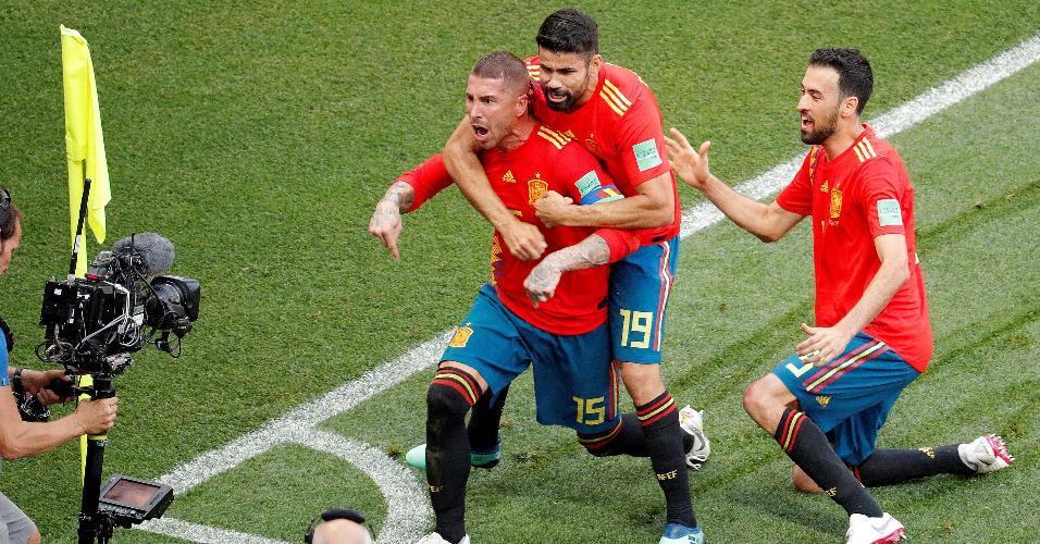 Sergio Ramos, Diego Costa e Sergio comemoram o primeiro gol da Espanha contra a Rússia