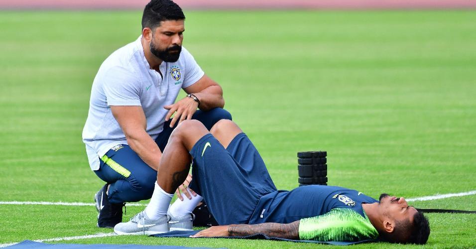 Com dores na lombar, Paulinho faz atividade com fisioterapeuta Bruno Mazziotti