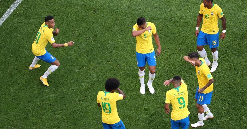 Neymar comemora o gol com os jogadores do Brasil