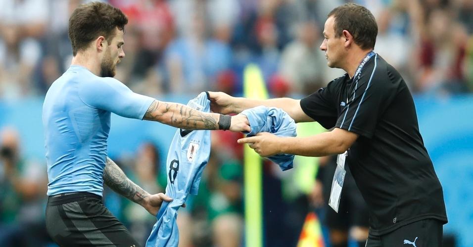 Nahitan Nandez, do Uruguai, troca de uniforme após ter camisa rasgasda em puxão de Lucas Hernandez, da França