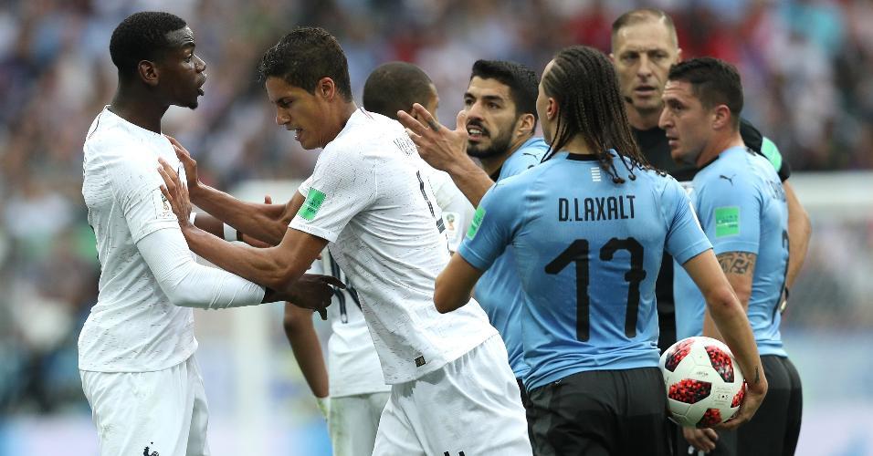 Varane tira Pogba da confusão. Suárez se irritou alegando que foi chutado fora do olhar da arbitragem