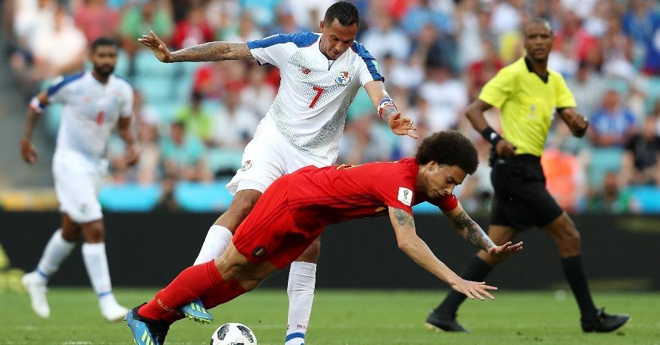 Axel Witsel, da seleção da Bélgica, cai após marcação forte de Blas Perez, do Panamá