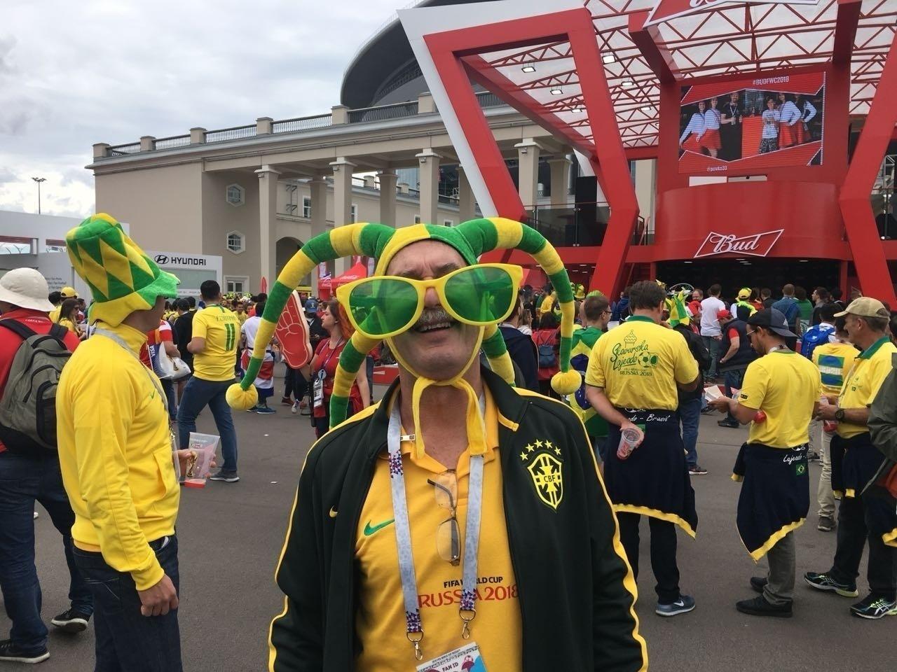 Torcedor se fantasia para a partida entre Brasil e Costa Rica