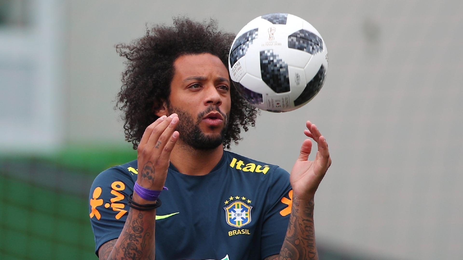 Marcelo brinca com a bola durante treino da seleção brasileira