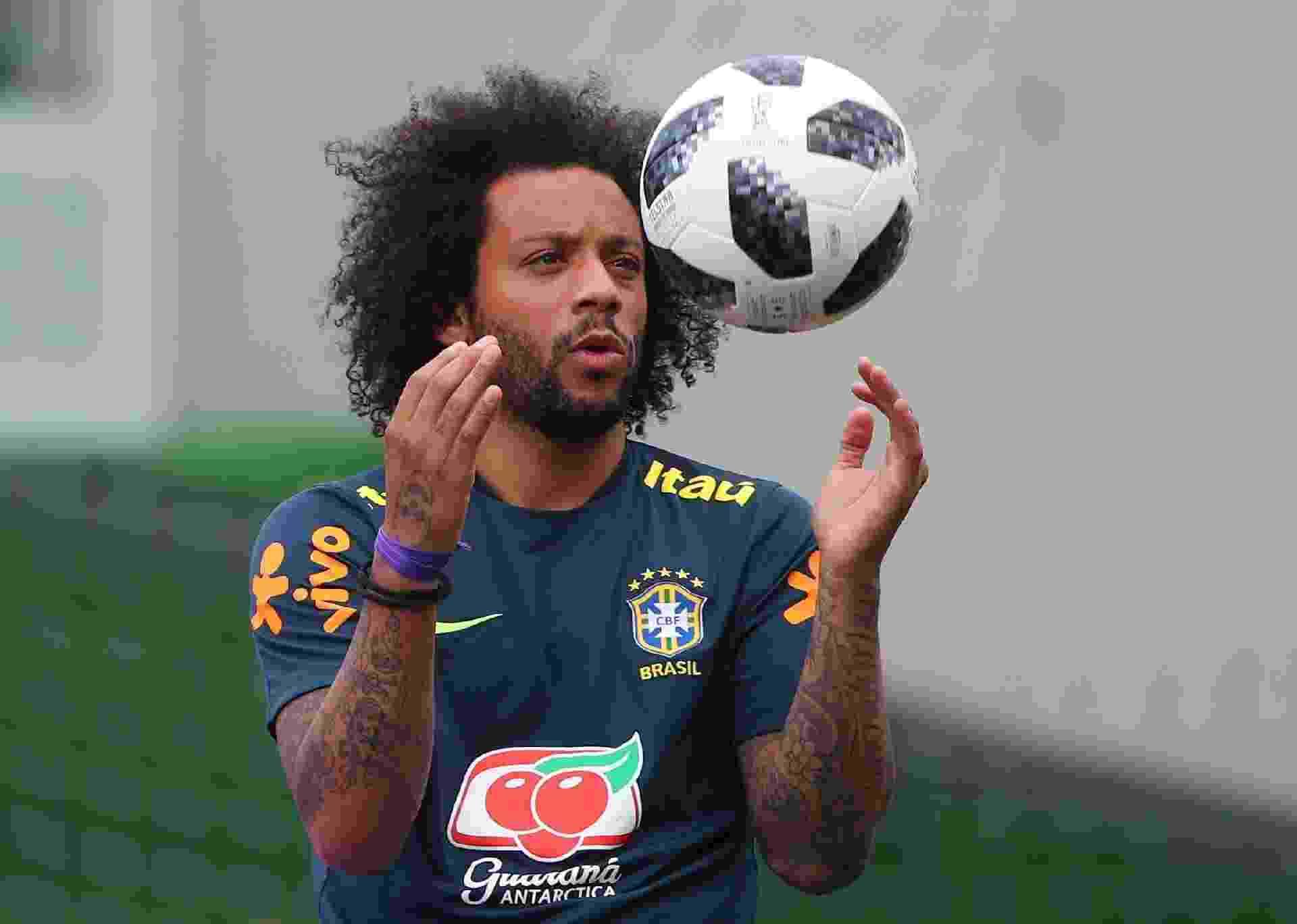 Marcelo brinca com a bola durante treino da seleção brasileira - REUTERS/Hannah Mckay