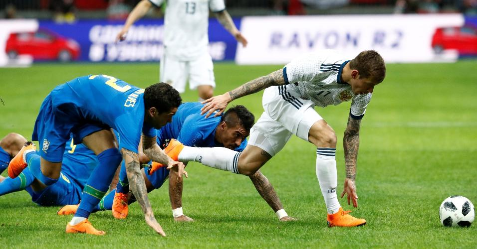 Paulinho e Daniel Alves caem ao tentar marcar Fedor Smolov