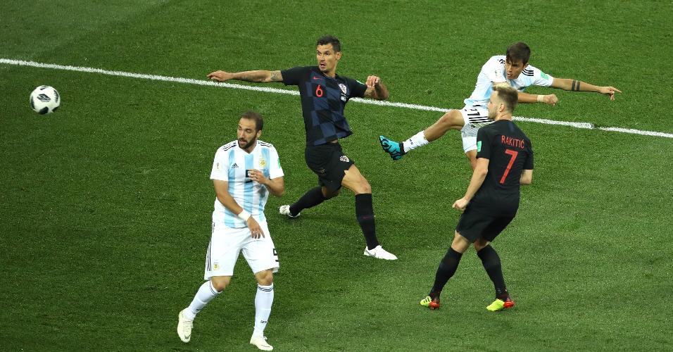 Atacante da Argentina, Paulo Dybala arrisca chute no gol da Croácia