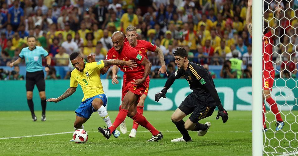 Gabriel Jesus é desarmado por Vincent Kompany no jogo entre Brasil e Bélgica