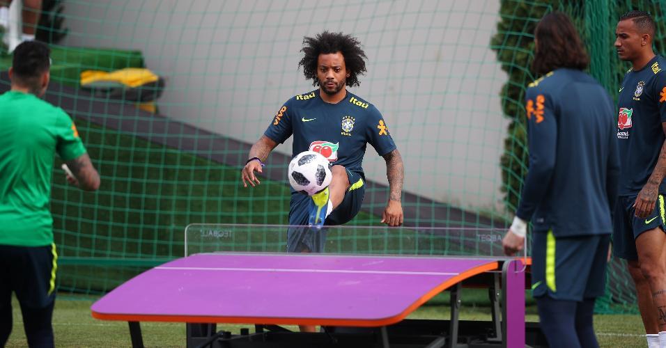 Marcelo joga futmesa durante treino da seleção brasileira