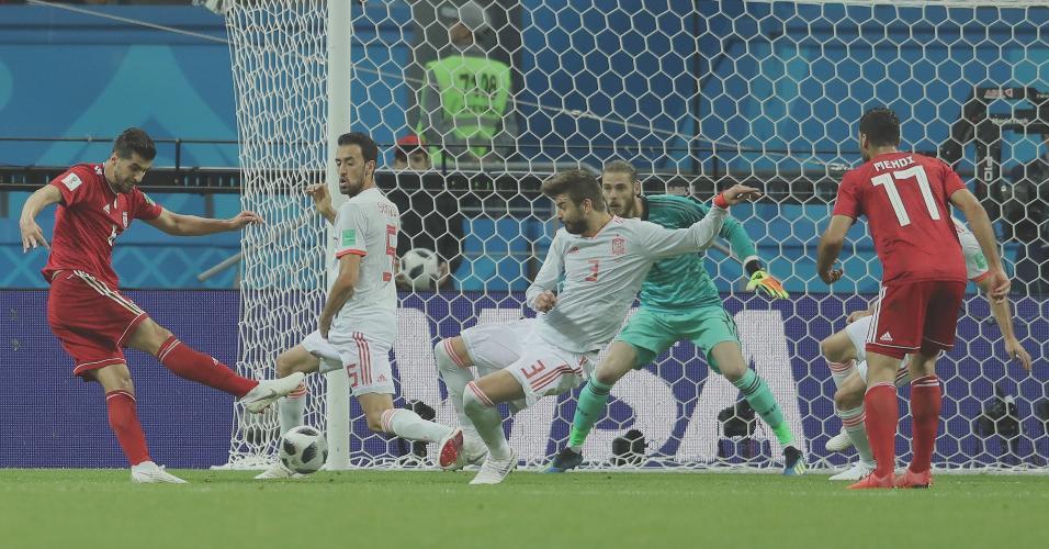 Saeid Ezatolahi, do Irã, acerta chute no gol da Espanha, mas árbitro invalida gol