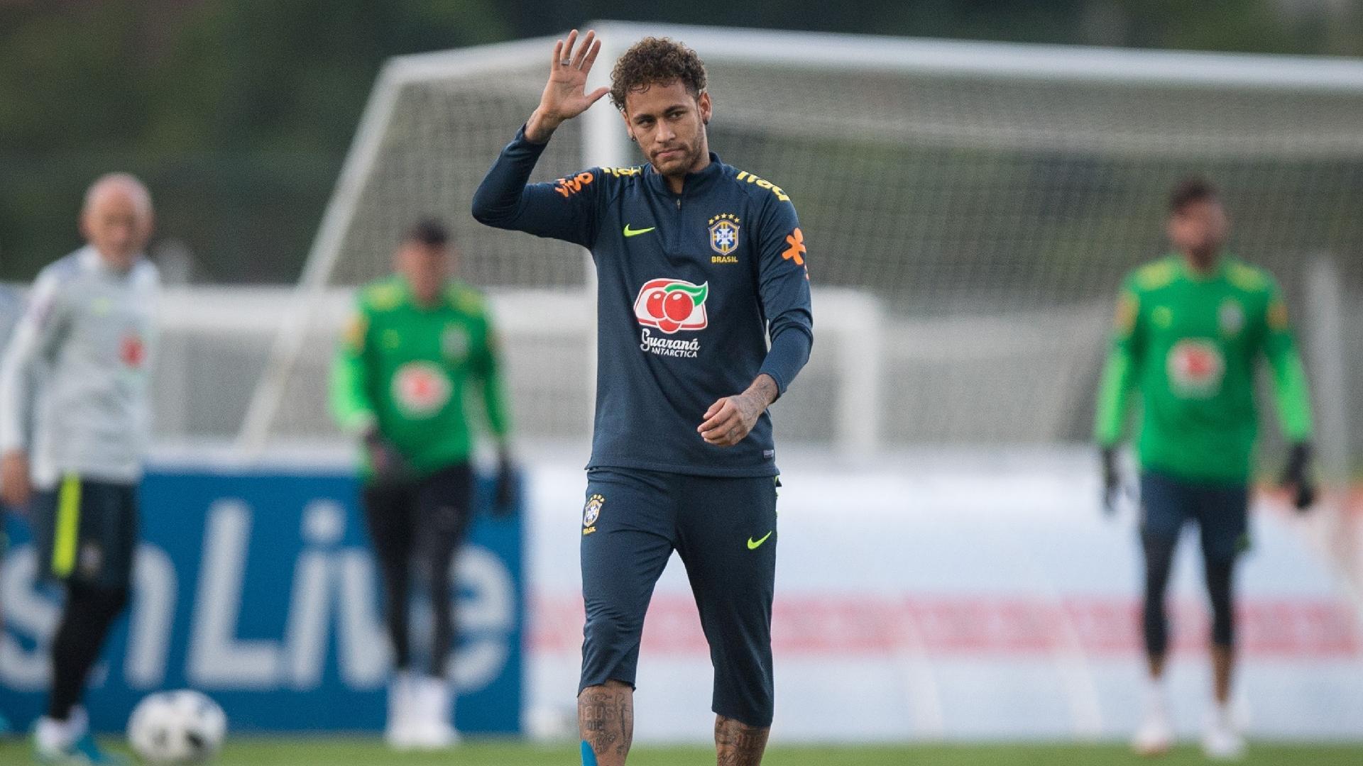 Neymar acena para o público durante treino aberto da seleção brasileira