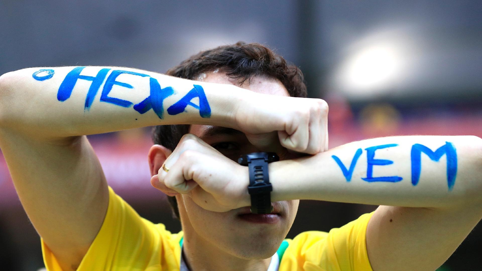 O hexa vem! Torcedor brasileiro escreve com tinta a frase mais queridinha do momento