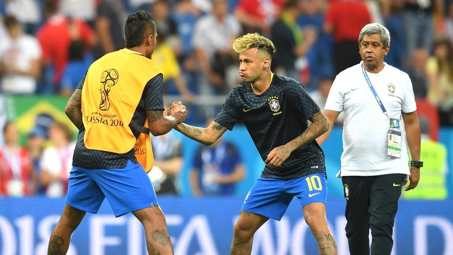Paulinho e Neymar fazem aquecimento antes do jogo