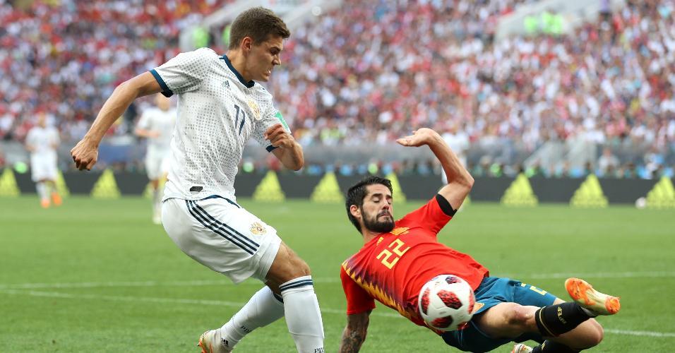 Isco tenta carrinho em Zobnin no jogo entre Espanha e Rússia