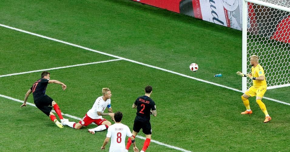 Mario Mandzukic aproveita erro da defesa da Dinamarca e empata para a Croácia