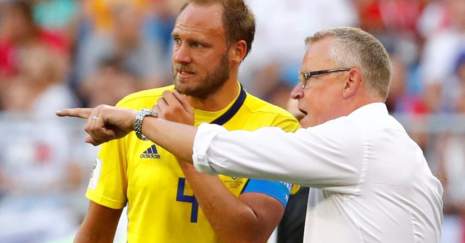 O técnico da Suécia, Jan Andersson, passa instruções para Andreas Granqvist