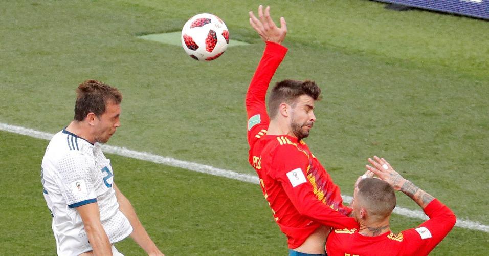 A bola bate na mão de Piqué, e o juiz marca pênalti para a Rússia