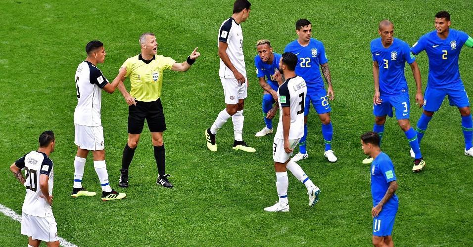 Arbitragem assinala penalidade em Neymar. Mas decisão foi anulada após conferência com o VAR
