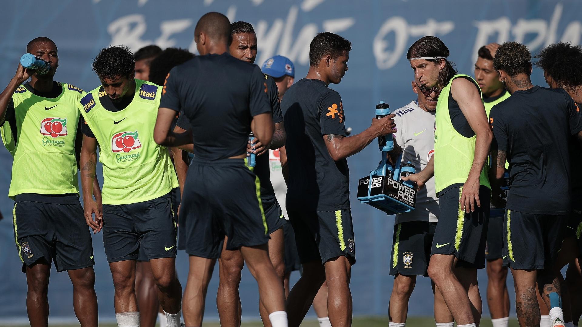 Jogadores se hidratam durante treino da seleção brasileira