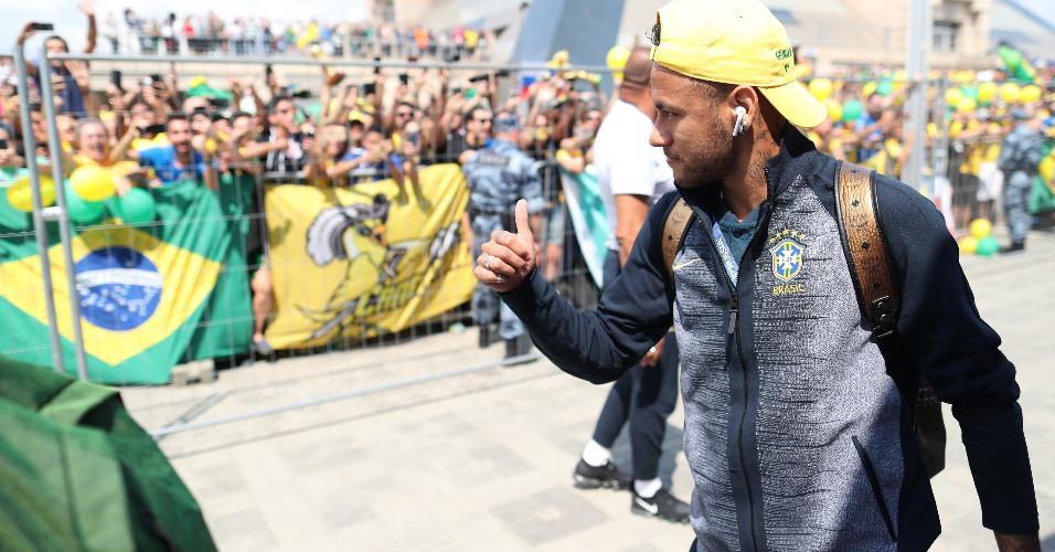 Neymar é ovacionado pelos torcedores na chegada ao hotel em Kazan