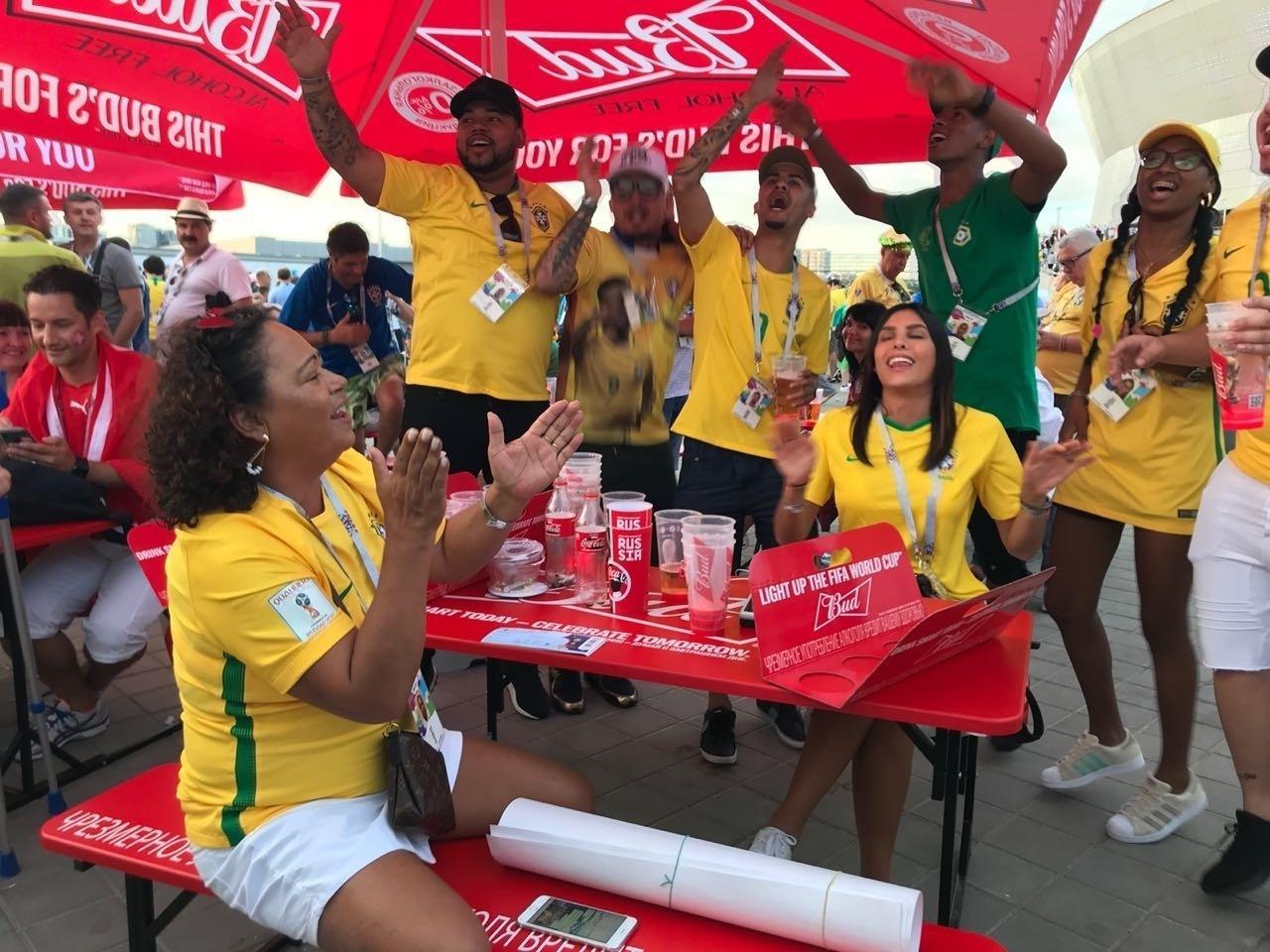 Mãe e amigos de Gabriel Jesus se reúnem antes da estreia do Brasil