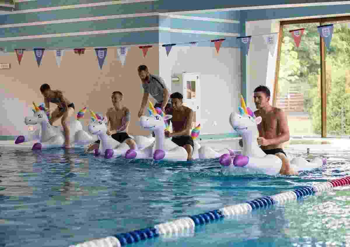 A seleção da Inglaterra teve momentos de relaxamento nesta terça-feira (19), um dia após vencer a Tunísia por 2 a 1 em jogo pela primeira rodada do Grupo G da Copa do Mundo de 2018, na Rússia. Em sua base na cidade de Repino, os ingleses brincaram na piscina e realizaram uma 'corrida' com boias de unicórnios - @JesseLingard/Twitter