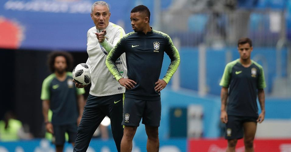 Tite orienta Gabriel Jesus durante treino da seleção brasileira
