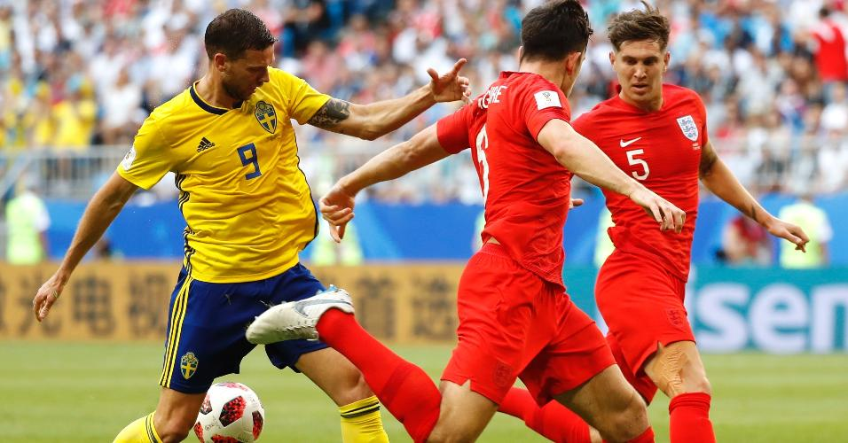 Marcus Berg tenta passar marcação de jogadores da Inglaterra