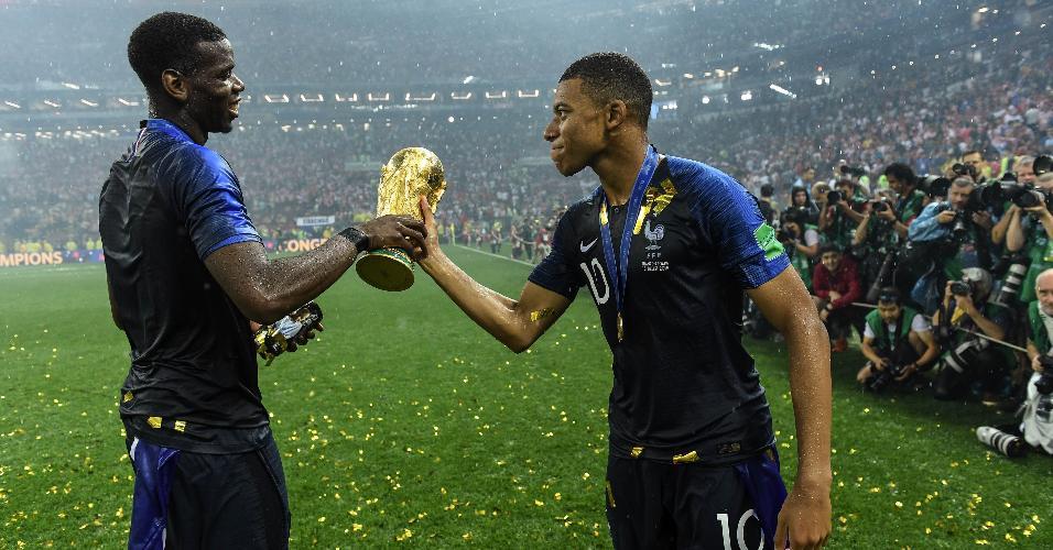 Pogba e Mbappé seguram a taça da Copa do Mundo