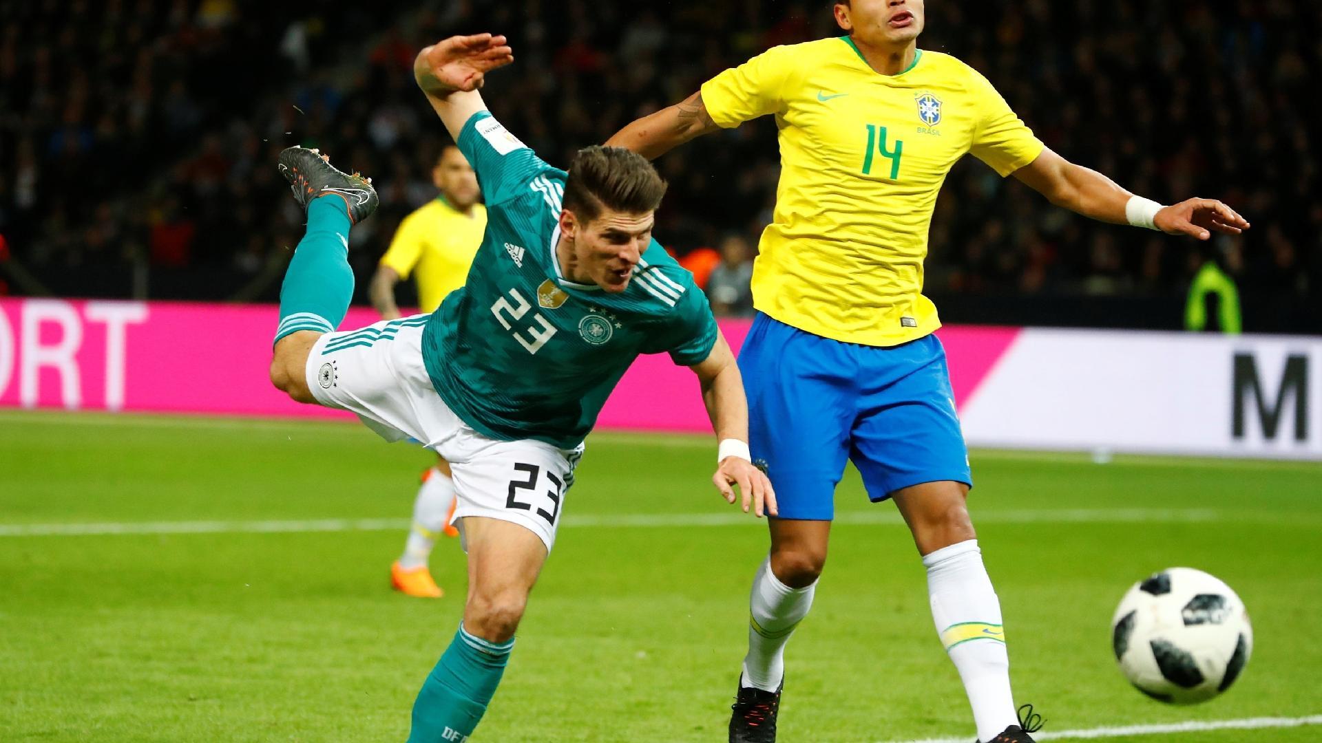 Thiago Silva disputa jogada com Mario Gomez